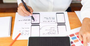 Profissional testando novas formas de melhorar a experiência do usuário no site