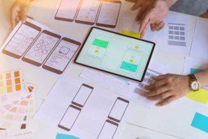 Mãos testando a experiência do usuário em um tablet