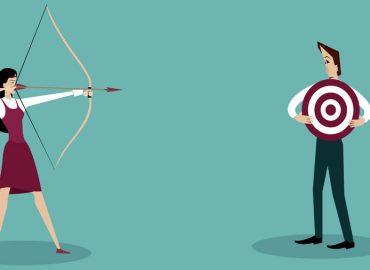 imagem de mulher com um arco e flecha mirando em homem com alvo no meio do corpo