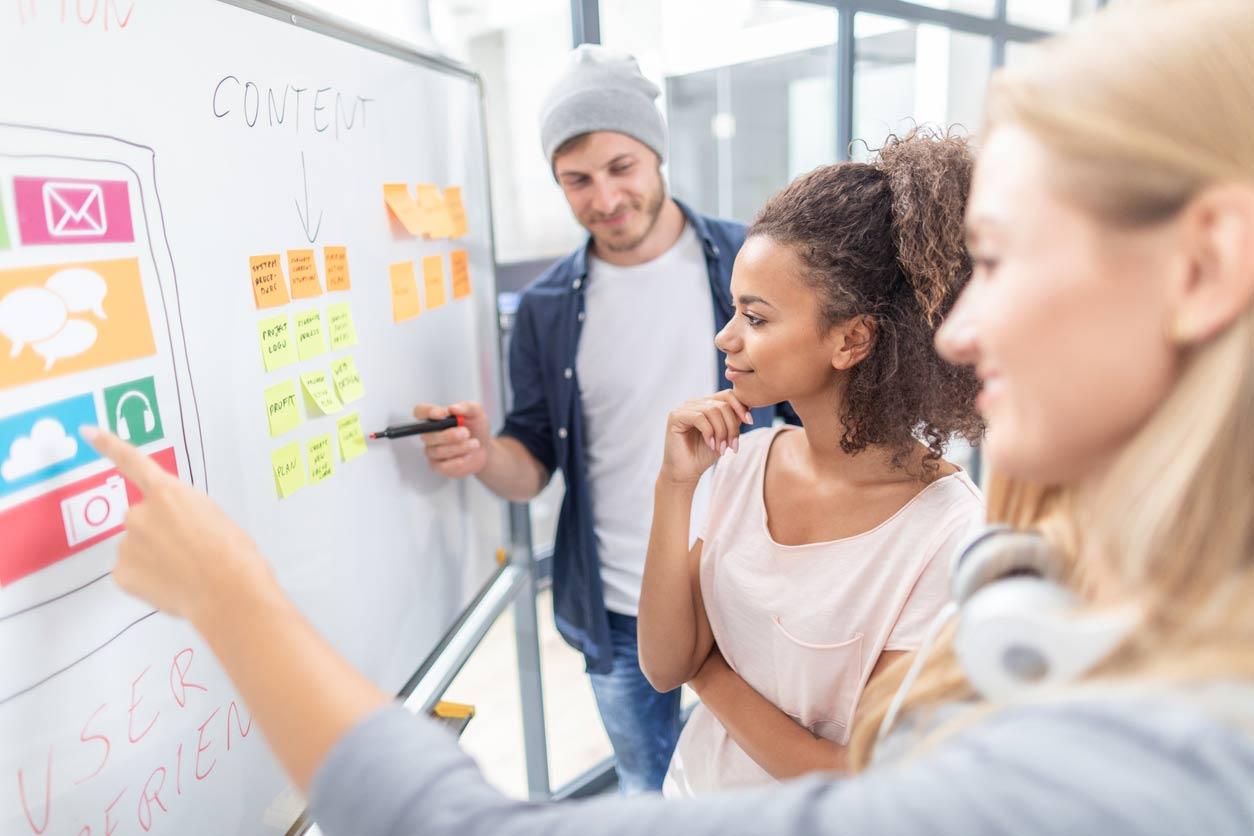 Grupo de pessoas realizando um planejamento de usabilidade para um produto digital